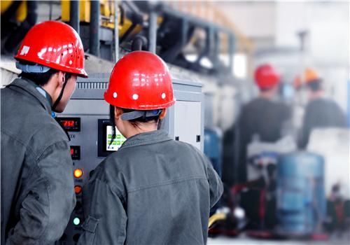 重化工企业人员操作电气设备