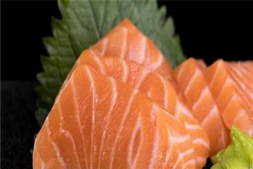 三文鱼是否会传染新冠病毒?还能吃吗?